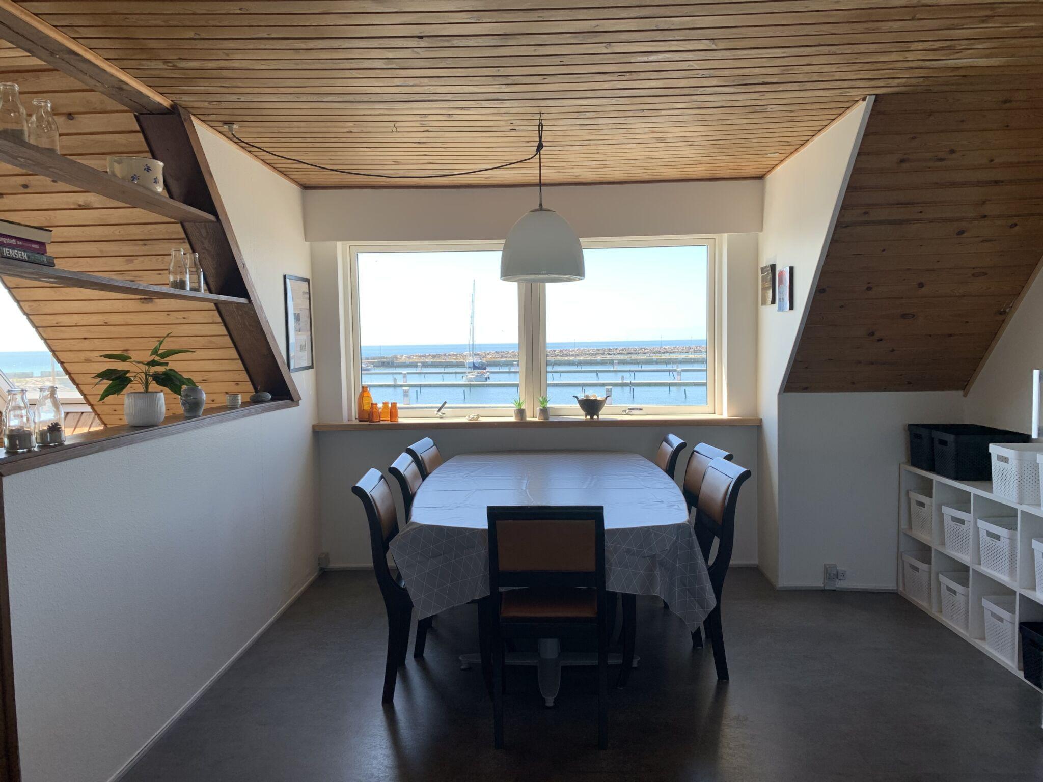 fælles stue med bord og stole