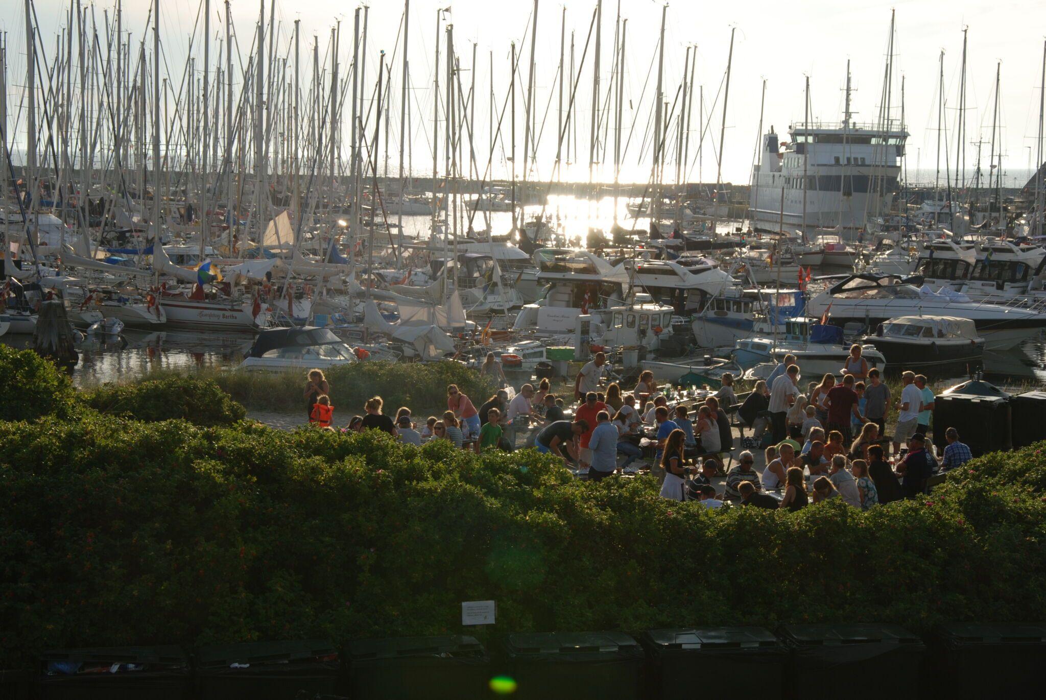 mange mennesker spiser ved anholt havn